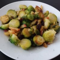 Las coles de Bruselas con manzanas caramelizadas y los arándanos paso 2
