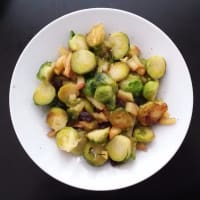 Las coles de Bruselas con manzanas caramelizadas y los arándanos paso 3