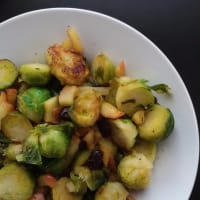 Las coles de Bruselas con manzanas caramelizadas y los arándanos paso 4