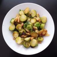 Las coles de Bruselas con manzanas caramelizadas y los arándanos paso 7