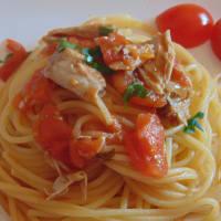 Espaguetis con atún y brandy de cereza