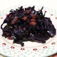 Red cabbage with raisins and sour