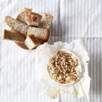 Camembert al horno con miel y frutos secos