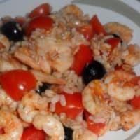 Ensalada de arroz, la cebada y el centeno con camarones y tomates cherry