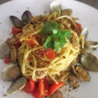 Spaghetti with clams, pistachios and fresh tomato