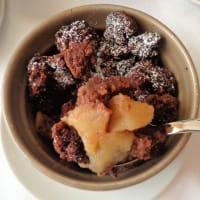Desmenuzar con harina de trigo sarraceno, las manzanas y el chocolate