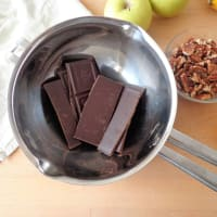 Desmenuzar con harina de trigo sarraceno, las manzanas y el chocolate paso 1