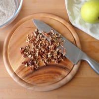 Desmenuzar con harina de trigo sarraceno, las manzanas y el chocolate paso 2