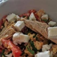 Kamut con atún, queso feta, tomates y perejil