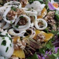 Mariscos de la ensalada de naranja con alcachofas y nueces