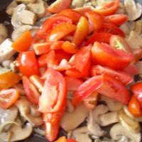Bucatini champiñones, tomates y queso paso 2