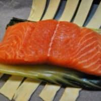 Costra de almendras de salmón con especias en la cama de acelgas paso 6