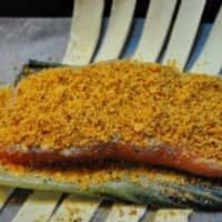Costra de almendras de salmón con especias en la cama de acelgas paso 7