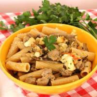 Rigatoni con la coliflor, salchichas y setas