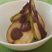 peras caramelizadas con mousse de chocolate vegana cruda