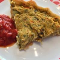 pastel con verduras y salsa