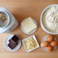 Torta al cioccolato fondente, mandorle e uvetta step 1