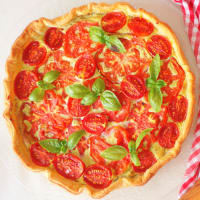 Quiche with pesto, cheese and tomatoes