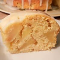 Pastel de Bundt con las manzanas y la formación de hielo del limón paso 3