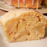Pastel de Bundt con las manzanas y la formación de hielo del limón paso 8