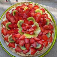 Tart with custard and strawberries