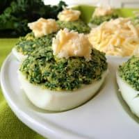 Huevos rellenos de col rizada