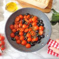 Tallarines verdes y amarillas con espárragos, tomates cherry y aceitunas negras paso 3