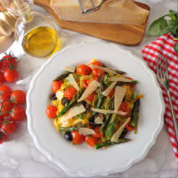 Tallarines verdes y amarillas con espárragos, tomates cherry y aceitunas negras paso 5