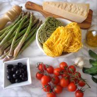 Tallarines verdes y amarillas con espárragos, tomates cherry y aceitunas negras paso 4