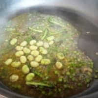 Spaghetti bio, fave, asparagi, pomodori e ricotta stagionata step 6