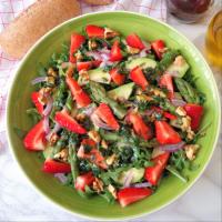 ensalada de rúcula, espárragos, aguacates y fresas