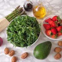 ensalada de rúcula, espárragos, aguacates y fresas paso 1