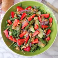 ensalada de rúcula, espárragos, aguacates y fresas paso 3