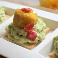 Polpette di lupini con mousse di avocado e crackers integrali