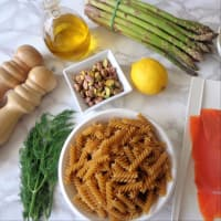 Fusilli con salmón ahumado, espárragos, pistachos y crema de queso ricotta paso 1