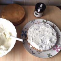 Pastel de capas CON yogur con miel y nata paso 16