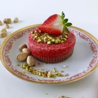 Raw cake with strawberries and pistachios