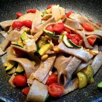 Maltagliati veganos de trigo sarraceno con verduras y anacardos