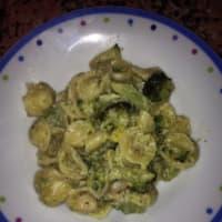 Orecchiette con brócoli y camarones.