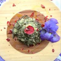 Tallarines con hierbas de montaña con crema de calabacín, curry y garbanzos