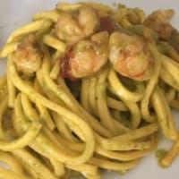 Espaguetis con pesto de calabacín, gambas y tomates cherry