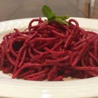 Espaguetis con salsa de betabel