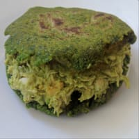 Green arepa with Reina Pepiada