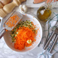 Filetes de salmón gratinado de la trucha con el calabacín y zanahorias paso 1