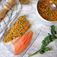 Filetes de salmón gratinado de la trucha con el calabacín y zanahorias paso 2