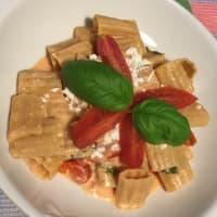 Pasta sin pasta con tomate albahaca y queso feta