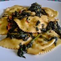 Ravioli con ricotta y espinacas con nueces y aceite de trufa