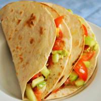 Tortillas con aguacate, pepino y tomate paso 2