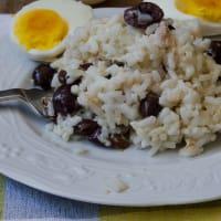 Arroz atún ensalada de aceitunas y huevos cocidos