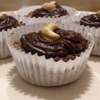 Cupcakes de cacao rellenos de mantequilla de maní con topping de palta paso 9